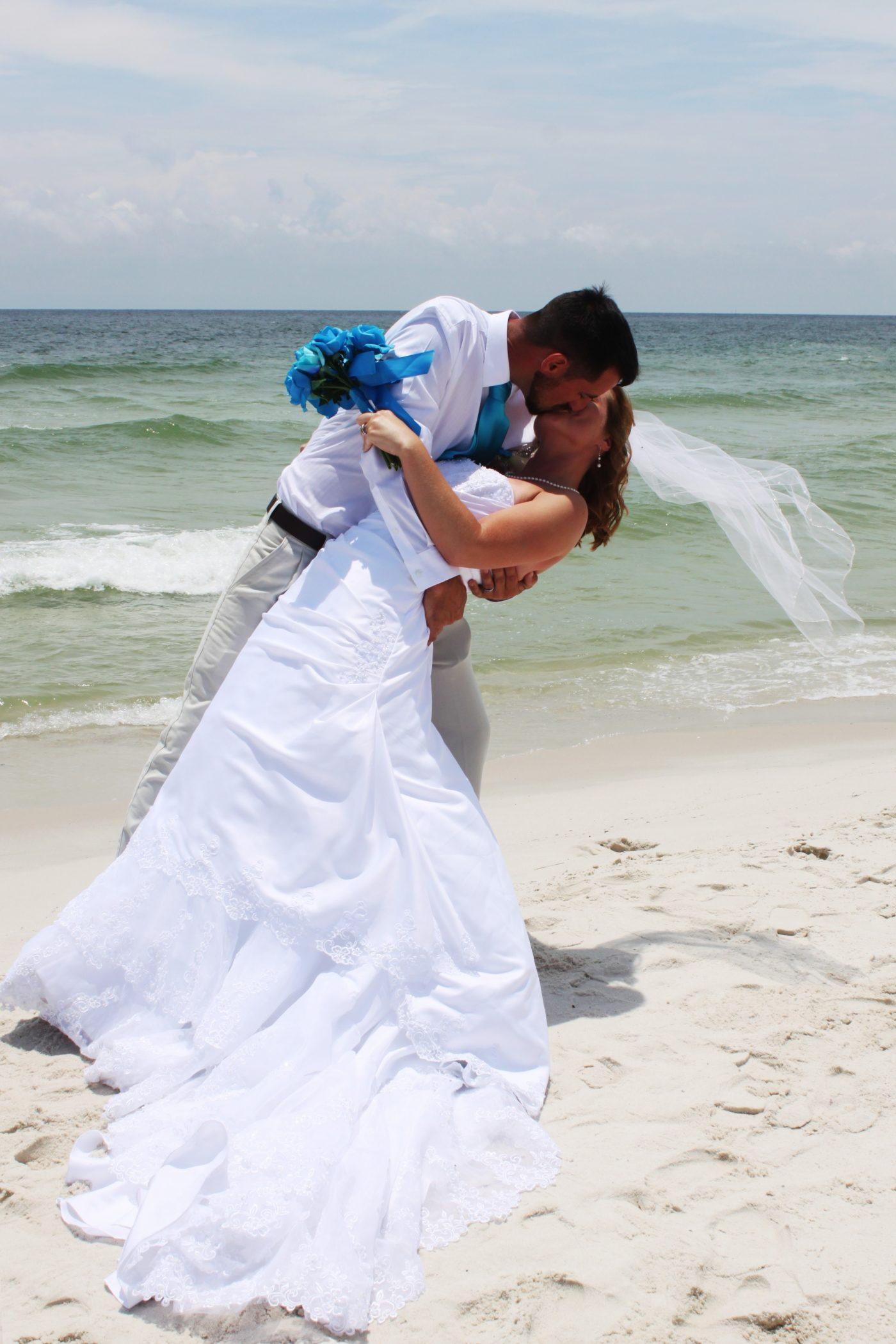 BEACH WEDDING ROMANCE